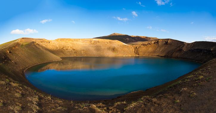 Viti krateret i det nordlige Island. Skrænterne omkring krateret er gule på grund af jordens høje indhold af svovl.